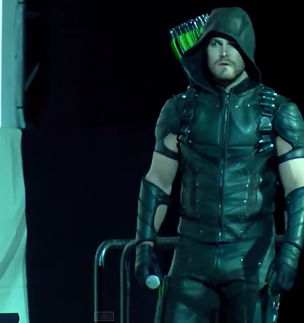 new-arrow-costume-revealed-at-comic-con-stephen-amell-430×457
